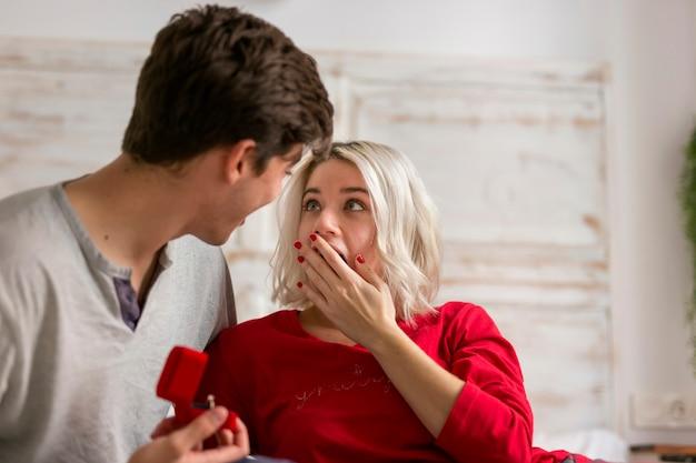 Шокированная женщина смотрит на своего будущего мужа