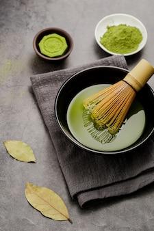 竹の泡立て器と布で抹茶のボウル