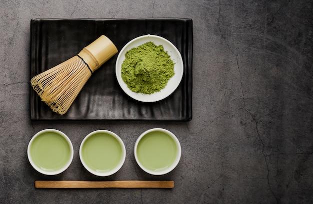 抹茶のカップと竹の泡立て器とコピースペースのフレイレイアウト