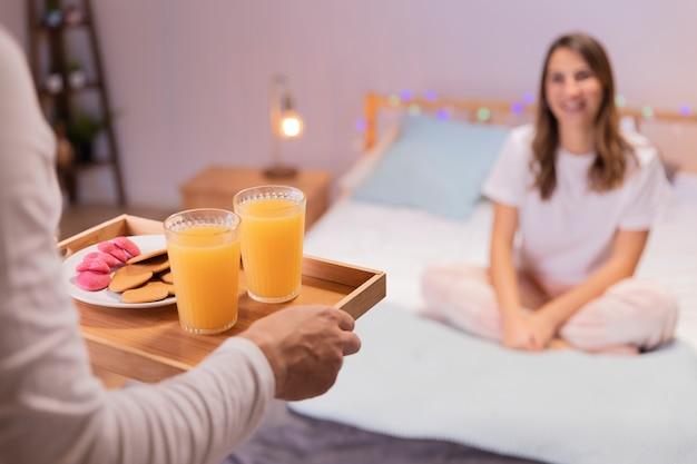 ロマンチックな男は彼の妻に朝食をもたらします