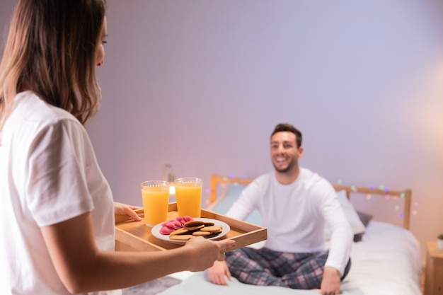 ロマンチックな女の子は彼女の夫に朝食をもたらします