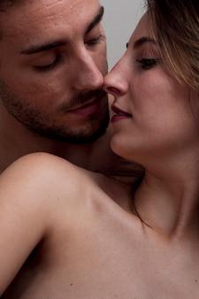 Крупным планом молодые голые пары целуются