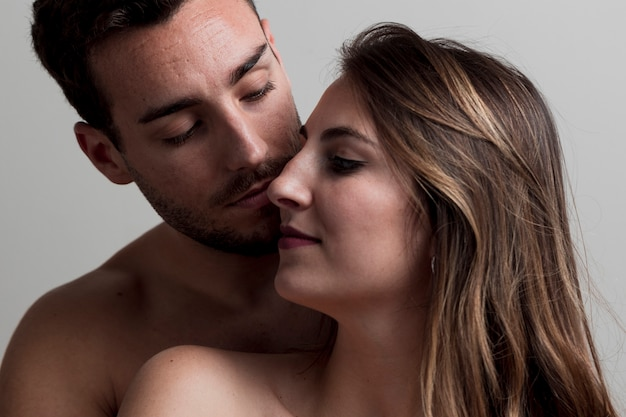 美しい若い裸カップルのキス