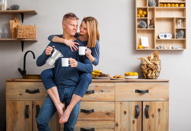キッチンで一緒に楽しい時間を持っているカップル