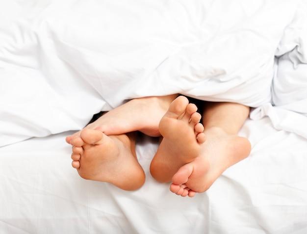 男と女のベッドでリラックスした朝を過ごして