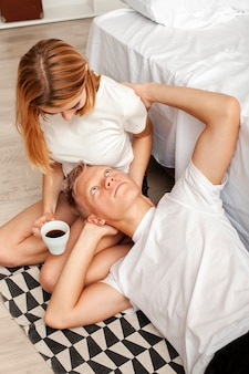 リラックスした朝を持っているカップル
