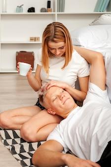 男と女のリラックスした朝を過ごして