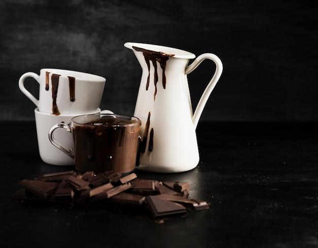 溶かされたチョコレートで満たされたさまざまな容器