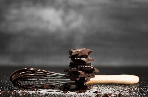 チョコレートのフロントビューと泡立て器