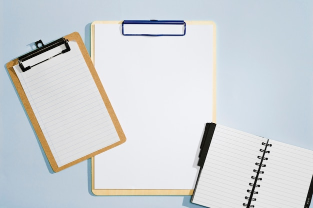 さまざまなサイズのクリップボードとノートブックの上面図