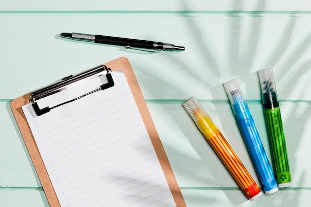 スペースクリップボードとカラフルな蛍光ペンのコピー