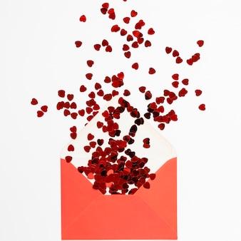 紙吹雪とバレンタインデーの封筒