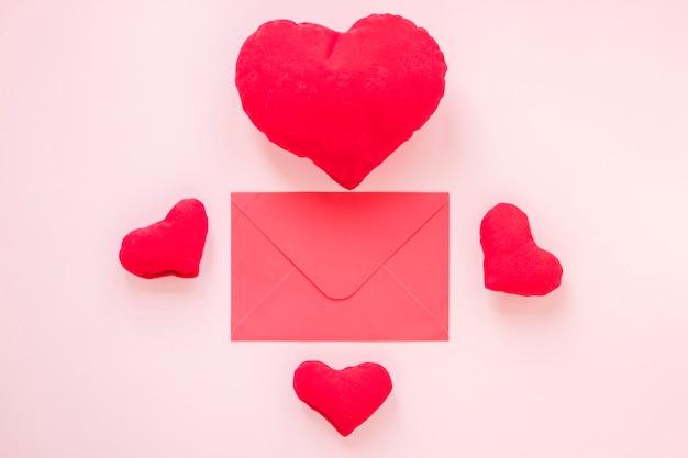 バレンタインの心を持つ封筒のフラットレイアウト