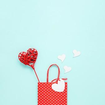 バレンタインの心とコピースペースが付いている袋のトップビュー