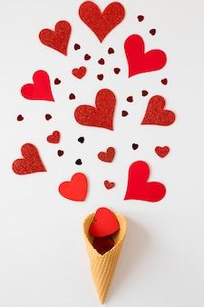 バレンタインの心とアイスクリームコーンのフラットレイアウト