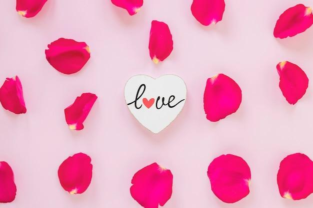 バレンタインの心とバラの花びら