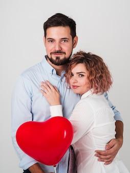 バレンタインのポーズ受け入れのカップル