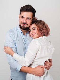 バレンタインのためにお互いを保持しているカップル
