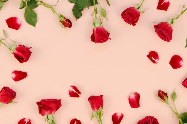 ロマンチックなバラと花びらのトップビュー