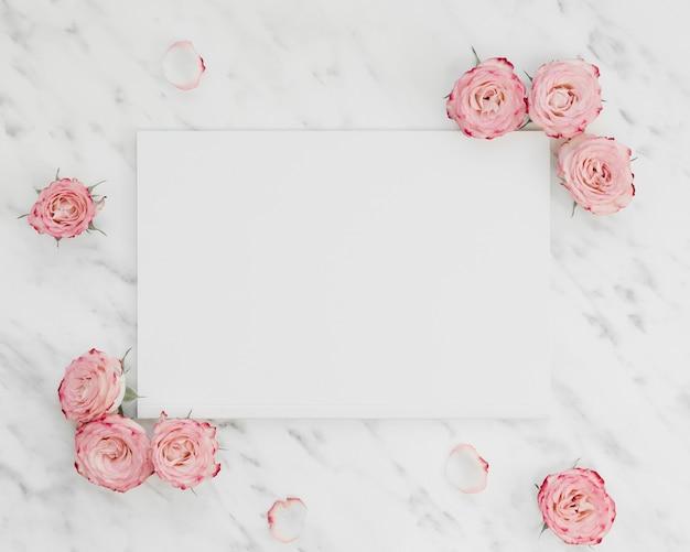 花に囲まれた白紙