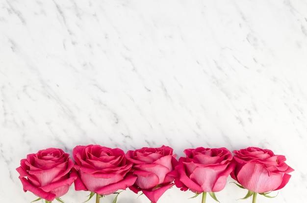 ピンクのバラで作られた下枠