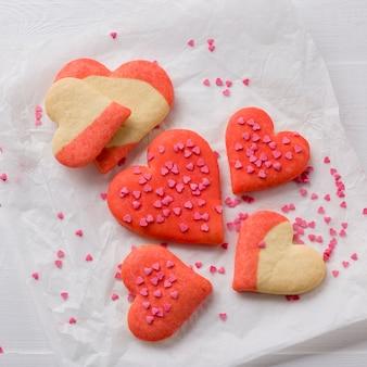 紙の上にハート型のクッキーのフラットレイアウト