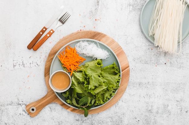 新鮮な野菜と麺のプレートのフラットレイアウト