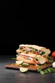 Вид спереди уложены свежие бутерброды