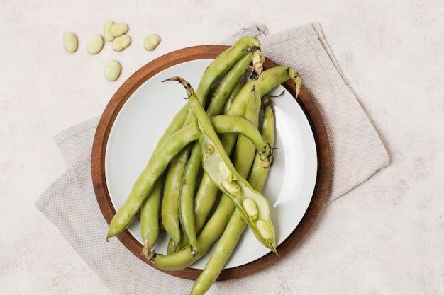 プレート上の豆とニンニクのフラットレイアウト