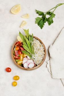 Вид сверху здоровой пищи в миске с помидорами