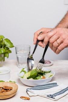 Салат с орехами и салфеткой