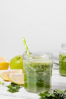 アップルと健康的なスムージーの瓶の正面図