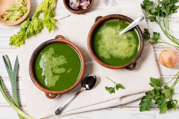 Выложить суповые тарелки с чесноком и петрушкой