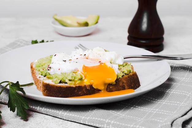 アボカドトーストの上に卵