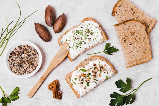 Вид сверху тост с спредом и грецкими орехами