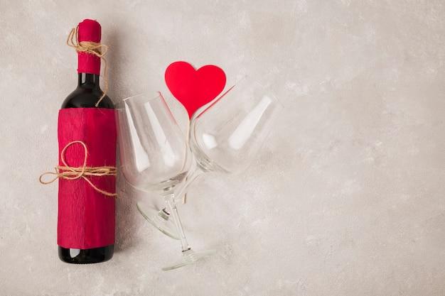 グラスと熱のサインとおいしいワイン