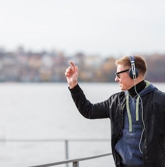 コピースペースで外で音楽を聞いて横スマイリー金髪男