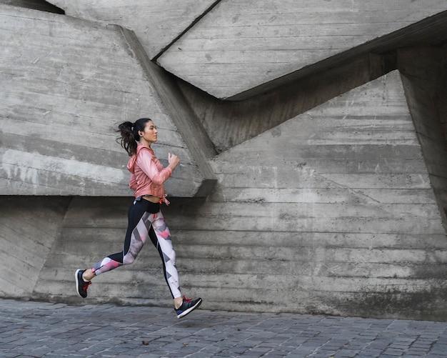 屋外ジョギング若い女性