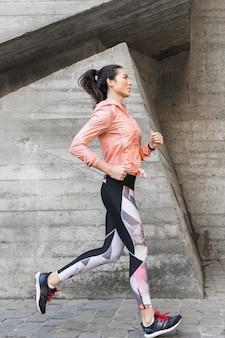 Портрет подходят женщины бег на открытом воздухе