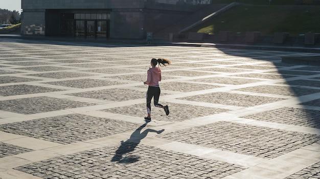 Длинный выстрел женщина работает на открытом воздухе