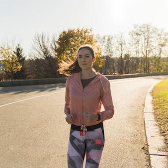 走っているアクティブな女性の肖像画