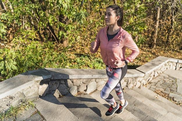 屋外ジョギングの女性の肖像画