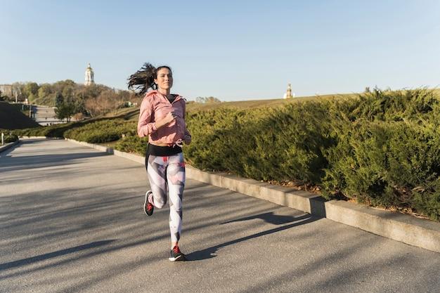 屋外ジョギングフィット女性の肖像画