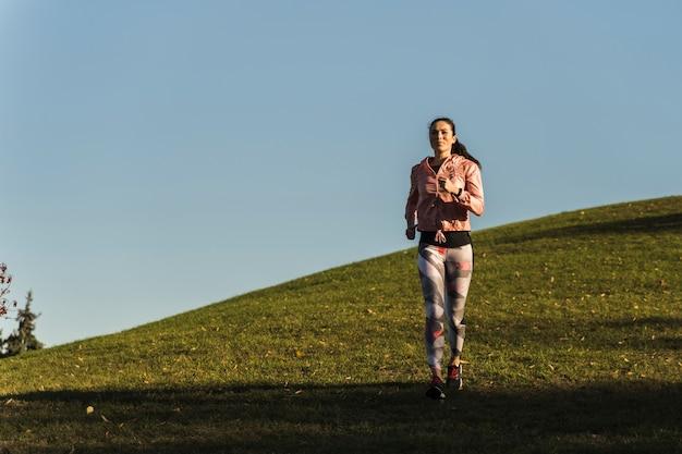屋外ジョギング若い女性の肖像画