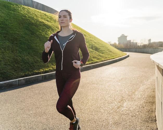 自然の中でジョギングの女性の肖像画
