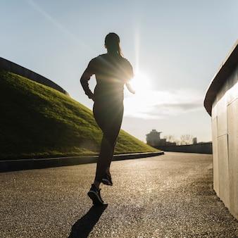 Активная молодая женщина, бег на открытом воздухе