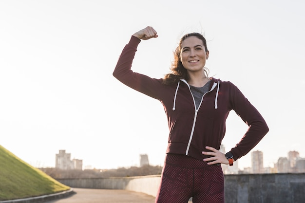 Сильная молодая женщина готова к тренировкам