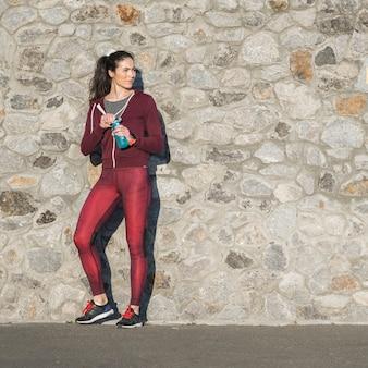 Подходит молодая женщина готова к тренировкам