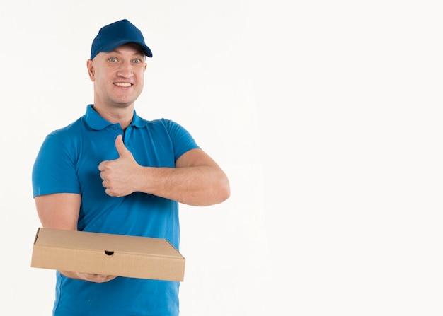 Доставка человек с коробкой пиццы, давая пальцы вверх