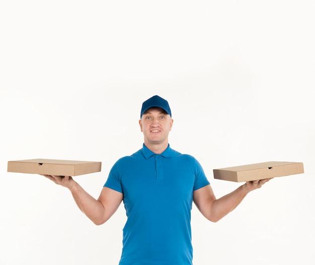 各手でピザの箱を持って配達人